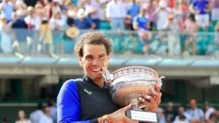 L'espagnol Rafael Nadal remporte Rolland-Garros pour la dixième fois de sa carrière, le 6 juin 2017 à Paris.