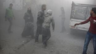Civis correm de local atingido por bomba lançada por forças de Bashar al-Assad, em foto de 15 de abril