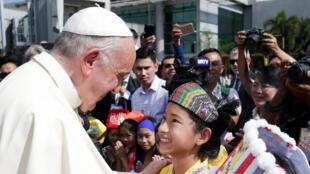 Chegada do Papa Franciso, 27 de novembro de 2017, ao aeroporto de Yangon, Birmânia, no périplo que o leva depois ao Bangladesh