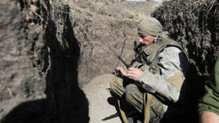 Soldat ukrainien en faction dans une tranchée sur la ligne de front près de la petite ville d'Avdiivka, dans le Donbass.