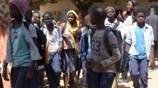 Sortie de classe dans une école de la banlieue de Dakar.