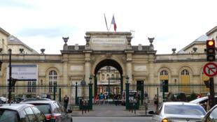 L'entrée de l'hôpital Lariboisière, à Paris, en France.