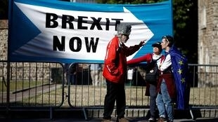 Un manifestant pro-Brexit s'entretient avec des manifestants anti-Brexit à Londres, en Grande-Bretagne, le 2 septembre 2019.