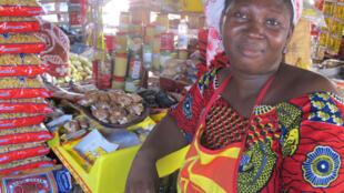 Une vendeuse du bouillon cube maggi dans un marché à Dakar au Sénégal.