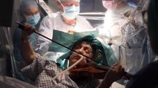53-летняя скрипачка Дагмар Тернер играла на скрипке во время операции по удалению опухоли мозга.