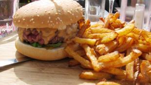 Bánh kẹp burgur dùng với món khoai tây chiên trong một quán ăn ở tỉnh Provence, miền nam nước Pháp.