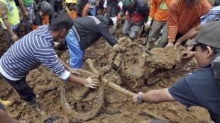 Equipes de resgate trabalham no resgate de vítimas na região central da Ilha de Java.