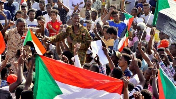 Sudaneses continuam mobilizados e começam a receber o apoio de alguns militares.