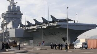 O porta-aviões nuclear francês Charles de Gaulle embarcou 2 mil militares e 26 aviões de caça para a operação contra o EI no Mediterrâneo oriental.