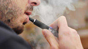 Um fumante de cigarro eletrônico