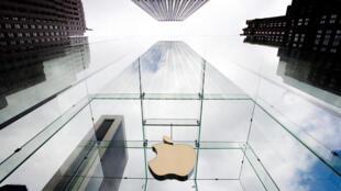 A União Europeia decidiu hoje que a empresa americana Apple deve reembolsar a soma recorde de 13 bilhões de euros ao governo da Irlanda.