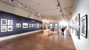 Ảnh chụp Willy Ronis được trưng bày trên hai tầng Pavillon Carré de Baudouin.
