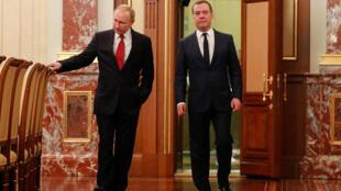 Le président russe Vladimir Poutine (g.) et Dmitri Medvedev avant une réunion avec les membres du gouvernement à Moscou, en Russie, le 15 janvier 2020.