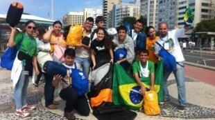 Peregrinos mostram sacos de dormir que utilizaram para passar a noite em Copacabana.