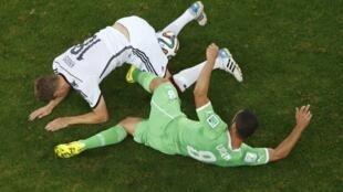 Toni Kroos et Mehdi Lacen en duel, dans un match intense, le 30 juin 2014