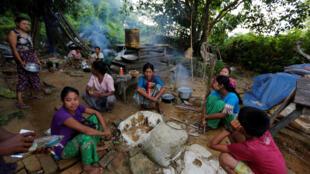 逃离缅甸若开邦小镇磨豆( Maungdaw)的罗兴亚穆斯林人,2017年8月28日
