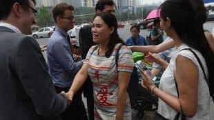 A companheira de Gou Hongguo, Fan Lili (centro), e outras mulheres de dissidentes se reuniram com diplomatas estrangeiros em Pequim, no início de julho, para denunciar a situação dos presos.