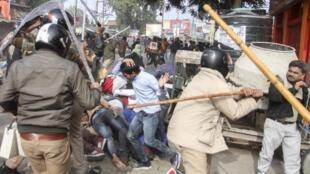 Cảnh sát dùng gậy đánh những người biểu tình chống luật công dân mới tại Lucknow, Ấn Độ. Ảnh chụp ngày 19/12/2019.