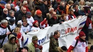 """""""Lenços vermelhos"""" realizam  """"Marcha republicana das liberdades"""" em  Paris em 27/01/2019"""