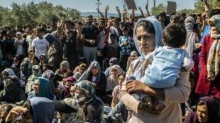 Les migrants du camp de Moria sur l'île de Lesbos, lors d'une manifestation, pour dénoncer leurs conditions de vie, le 1er octobre 2019.