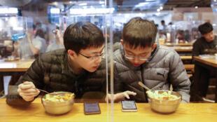 新冠肺炎疫情中台北街頭食客資料圖片
