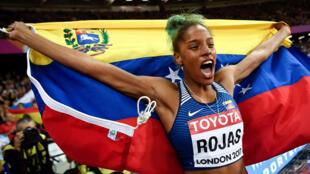 Yulimar Rojas celebra su coronacion como campeona mundial en la prueba de triple salto del mundial de atletismo en Londres el 7 de agosto de 2017