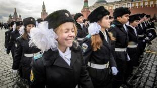 Курсантки кадетского училища на Красной площади в Москве. 5 ноября 2017 г.