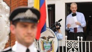 Джулиан Ассанж дает пресс-конференцию с балкона посольства Эквадора в Лондоне, август 2012 (архив)