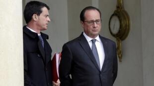 French President François Hollande (C) and Prime Minister Manuel Valls at the Elysee on 14 November, 2015