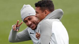 Neymar com Thiago Silva durante treino do PSG em Glasgow. 11/09/17