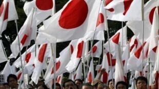 部分日本民众高举国旗抗议中国对钓鱼岛的领土诉求