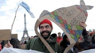 """""""Eu não abdico"""": movimento antifascista dos """"Sardinhas"""" chegou neste sábado a Paris, 14 de dezembro de 2019."""