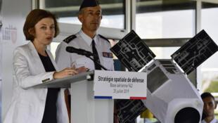 فلورانس پارلی ، وزیر نیرو های مسلح فرانسه و ژنرال فیلیپ لوین ، رئیس ستاد نیروی هوایی این کشور.