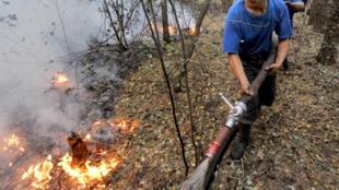 Bomberos rusos combaten los incendios forestales.