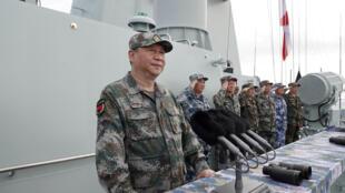 Chủ tịch Trung Quốc Tập Cận Bình thị sát cuộc duyệt binh hải quân trên Biển Đông ngày 12/04/2018.