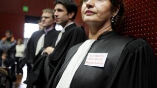 Une magistrate porte un badge sur lequel est inscrit «Vos droits en danger» pendant une assemblée générale, le 4 février 2011, au Palais de Justice de Nantes.