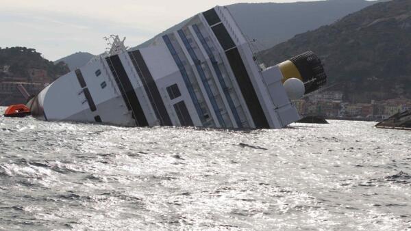 O navio Costa Concordia ameaça a fauna e a flora do mar às margens da ilha italiana de Giglio.