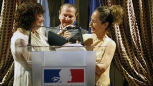 Florencia Battiti recibe el premio de las manos de Diana Saiegh.