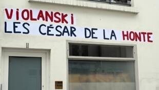Los afiches contra Polanski florecieron el jueves en la sede de la Academia francesa de cinematografía.