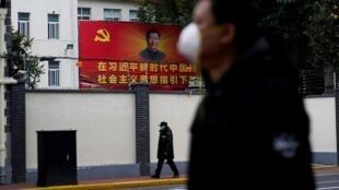 Les théories propagées incluent l'idée que le virus a été créé par les États-Unis pour «faire une guerre économique à la Chine» (image d'illustration)