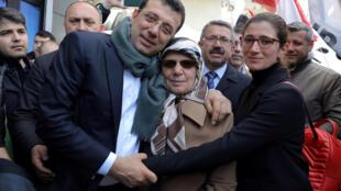 Ekrem Imamoglu, principal candidato da oposição do Partido Popular Republicano (CHP) para prefeito de Istambul, posa com sua mãe Hava Imamoglu e sua irmã em Istambul, Turquia, em 1º de abril de 2019.