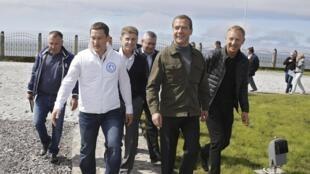 Le Premier ministre russe Medvedev (2e à droite) accompagné du ministre de l'Education, Dmitry Livanov, et d'autres officiels, sur l'île d'Iturup, ce 22 août 2015.
