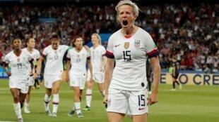 A capitã Meghan Rapinoe e a vitoriosa equipa dos EUA no Mundial de Futebol Feminino