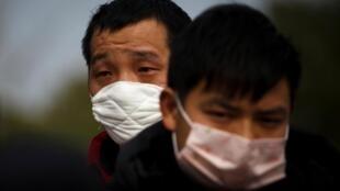 Face au nouveau coronavirus, des dizaines de milliers de migrants chinois sont toujours dans l'incertitude concernant leur retour au travail.