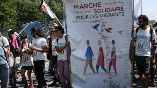 """Đoàn """"tuần hành đoàn kết với người nhập cư"""" tại Calais, Pháp trước khi sang Anh ngày 07/07/2018."""