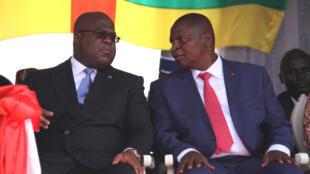 Le président centrafricain Faustin Archange Touadéra (d.) et son homologue congolais Félix Antoine Tshisékédi (g.) à la tribune officielle du défilé traditionnel du 1er décembre, date anniversaire de la proclamation de la République centrafricaine.