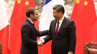 Tổng thống Pháp Emmanuel Macron (T) và chủ tịch Trung Quốc Tập Cận Bình trong cuộc họp báo chung tại Bắc Kinh ngày 09/01/2018.