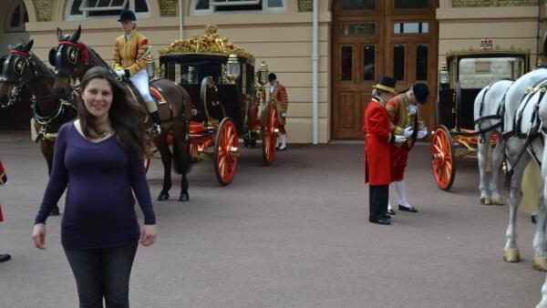 Danielle Dos Santos Cabral em frente à cavalariça do Palácio de Buckingham, no dia do casamento de William e Kate