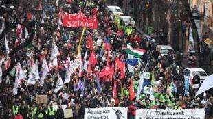 Húngaros protestam contra lei trabalhista que favorece industriais em detrimento dos direitos dos trabalhadores.