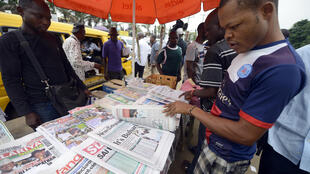 Des clients devant un stand de journaux à Lagos, au Nigeria (photo d'illustration).